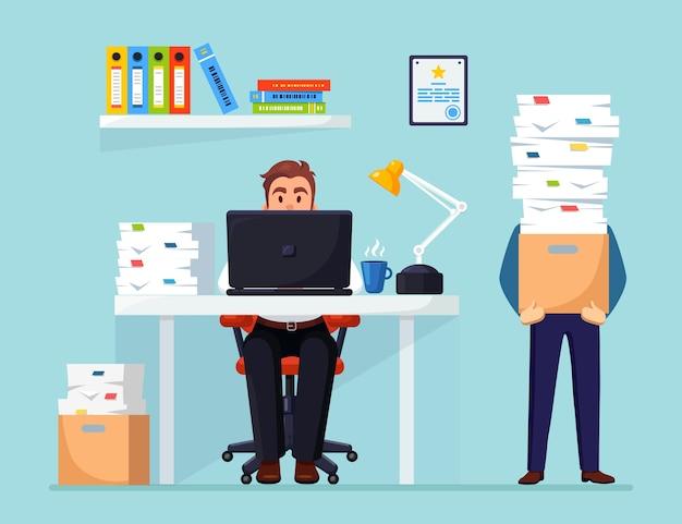 Homem de negócios ocupado com pilha de documentos homem de negócios trabalhando na mesa interior do escritório com computador