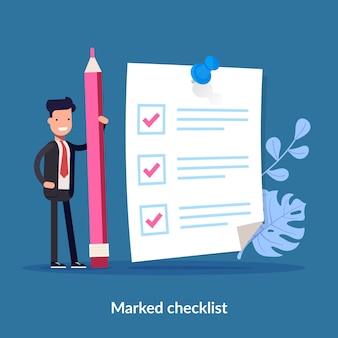 Homem de negócios positivo com um lápis gigante nas proximidades marcado lista de verificação em um papel