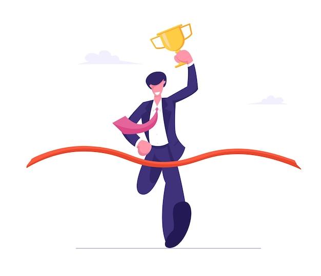 Homem de negócios segurando o cálice de ouro nas mãos, participe de uma corrida para o sucesso
