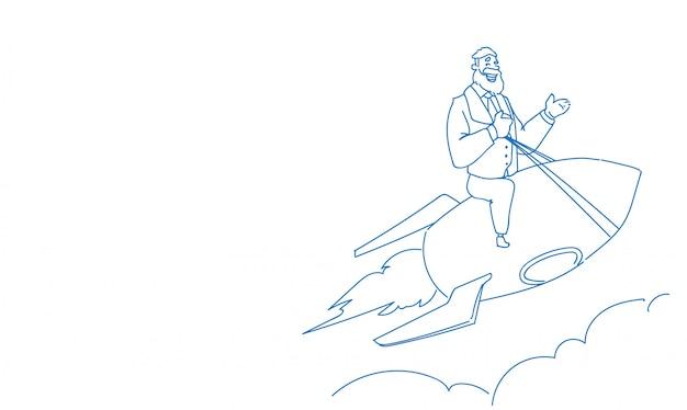 Homem de negócios sênior na nave espacial projeto inicialização bem sucedida voador foguete esboço doodle