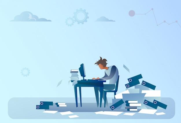 Homem de negócios, trabalhando no computador sobrecarregado documentos papelada problema conceito