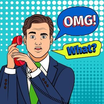 Homem de pop art com telefone. o clipart retrô surpreendeu o homem com um rosto deslumbrante e omg no balão de texto em quadrinhos