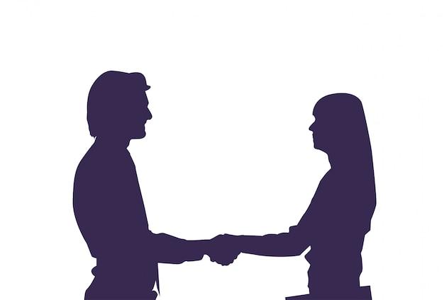 Homem de silhueta e mulher segurando as mãos casal de amor isolada