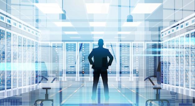 Homem de silhueta na base de dados de informações de computador de servidor de hospedagem de sala de centro de dados