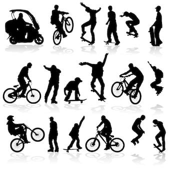 Homem de silhuetas extremas no rolo, bicicleta, scooter, skate