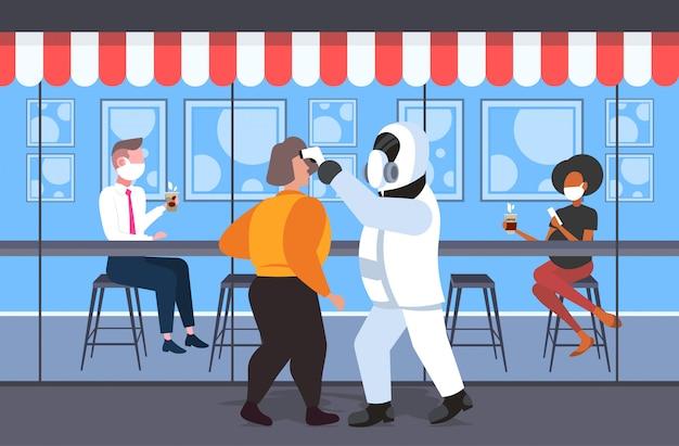 Homem de terno hazmat que verifica a temperatura dos visitantes do café da raça mista epidemia de infecção por coronavírus vírus mers-cov wuhan 2019-ncov pandemia de risco à saúde conceito comprimento total horizontal
