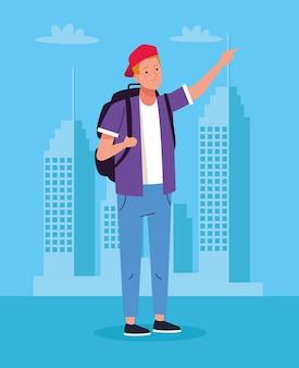 Homem de turista em pé com a mala de viagem sobre o personagem da cidade