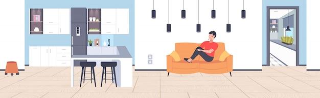 Homem doente com febre e erupção cutânea vermelha sintomas de infecção por coronavírus epidemia vírus mers-cov wuhan 2019-ncov pandemia de risco à saúde conceito sala de estar interior comprimento total horizontal
