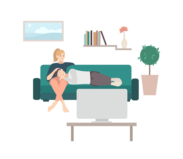 Homem dormindo no colo da mulher sentada no sofá aconchegante e assistindo tv ou aparelho de televisão. jovem casal relaxando em casa. par de personagens de desenhos animados masculinos e femininos no sofá. ilustração.