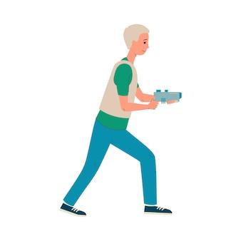 Homem dos desenhos animados, jogando o jogo de laser tag, segurando uma arma e andando