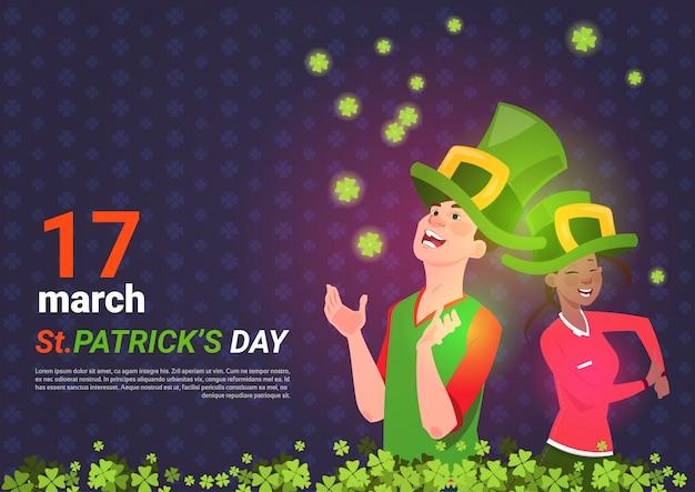 Homem, e, mulher americana africana, em, verde, leprechaun, chapéus, sobre, são, patrick, dia, modelo, fundo