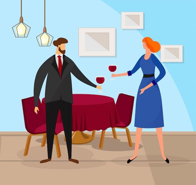 Homem e mulher, aproveitando a videira vermelha no restaurante.