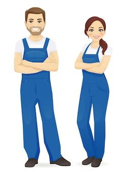 Homem e mulher de macacão azul isolados
