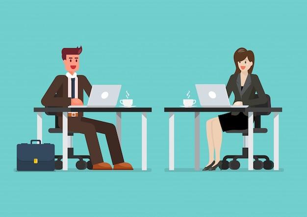 Homem e mulher de negócios, trabalhando em um computador laptop na mesa de escritório