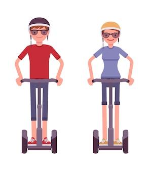 Homem e mulher, montando uma scooter elétrica preta