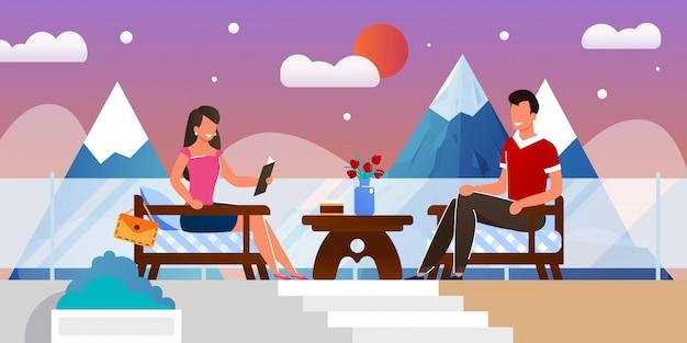 Homem e mulher no encontro romântico no café ao ar livre