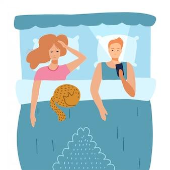 Homem e mulher sem sono sofrem de insônia. casal com os olhos abertos na noite de escuridão, deitado no conceito de cama. triste marido acordado usando telefone inteligente, esposa cansada com o problema dos sonhos. ilustração plana