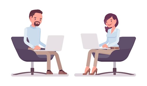 Homem e mulher sentados com laptop