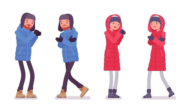 Homem e mulher vestindo uma jaqueta de penas negativas, vestindo roupas de inverno quentes e macias, botas de neve clássicas e chapéu