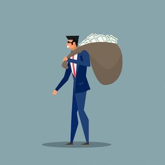 Homem em um terno de negócio, na máscara, carregando um saco de dinheiro nas costas.