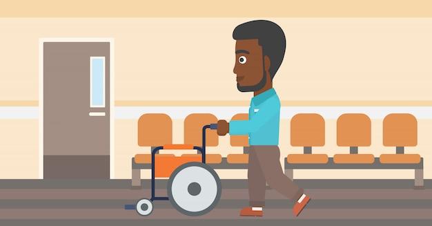 Homem empurrando a cadeira de rodas.