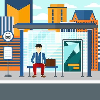 Homem esperando ônibus
