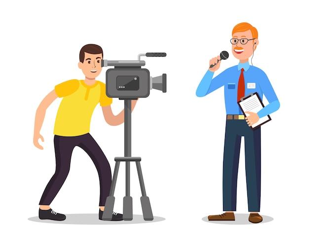 Homem faz vídeo e repórter com o bloco de notas. .