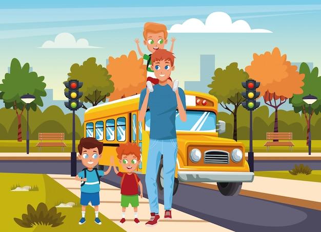 Homem feliz andando no stree com meninos sobre ônibus escolar e rua