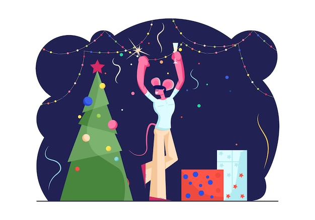 Homem feliz em orelhas de rato engraçadas na cabeça segurando diamante e taça de champanhe dançando perto de árvore de natal decorada com presentes e guirlandas. ilustração plana dos desenhos animados
