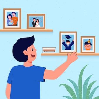 Homem feliz olhando fotos na parede
