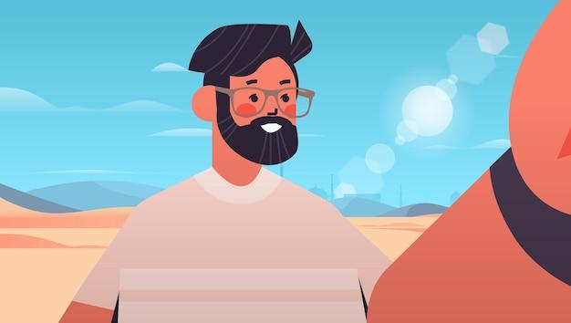 Homem feliz tirando selfie na câmera do smartphone cara fazendo auto-foto paisagem do deserto fundo retrato horizontal ilustração vetorial