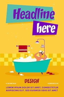 Homem feliz tomando banho na banheira com ilustração vetorial plana de espuma isolada. personagem de desenho animado lavando a cabeça e o cabelo com shampoo, sabonete e água