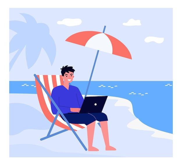 Homem feliz trabalhando remotamente na praia