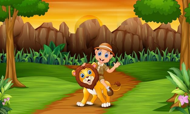 Homem feliz tratador com um leão na selva