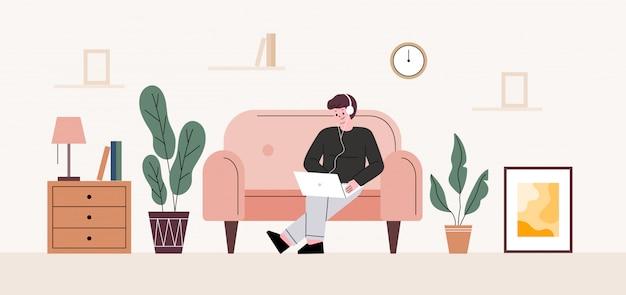 Homem freelance. o homem ouvindo o fone de ouvido está sentado e trabalhando no sofá. teletrabalho em casa.