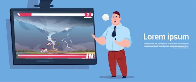 Homem, guiando, tv ao vivo, transmissão, sobre, tornado, destruindo, fazenda, dano furacão, notícia, de, tempestade, waterspout, em, campo, desastre natural, conceito
