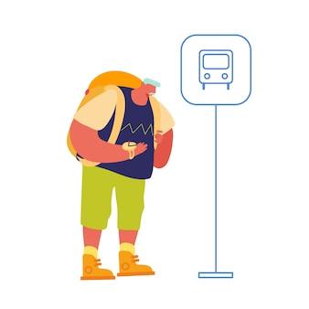 Homem idoso mochileiro esperando ônibus na estação de passageiros, aproveitando as férias.