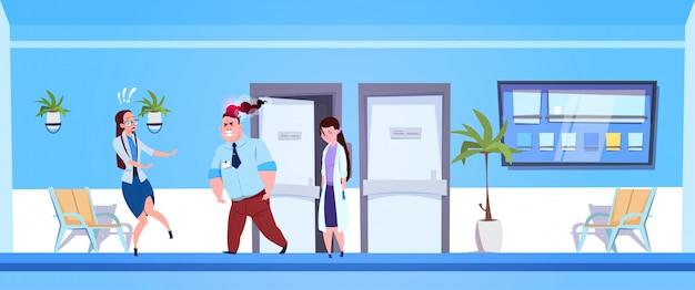Homem irritado no hospital com equipe de médicos femininos com medo