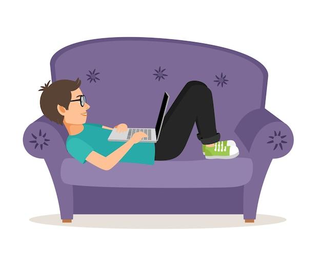 Homem jogador deitado no sofá com o laptop. mobiliário doméstico e pessoal confortável, adolescente do sexo masculino