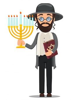 Homem judeu em roupas tradicionais com bíblia e menorá