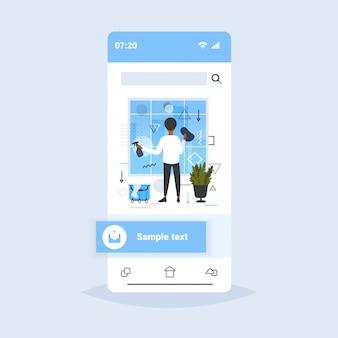 Homem limpador usando pano e spray vista traseira afro-americano masculino zelador limpeza escritório windows smartphone tela on-line app móvel