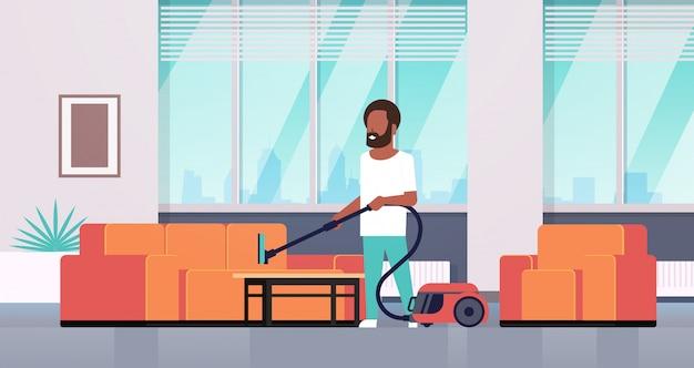 Homem limpeza sofá com aspirador cara fazendo trabalho doméstico conceito moderna sala interior masculino personagem de desenho animado comprimento total horizontal