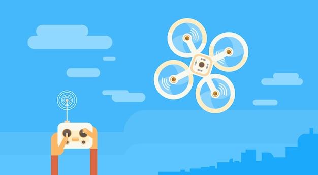 Homem mão segure controle remoto zangão voando ar quadrocopter