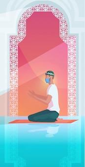 Homem muçulmano na máscara orando ramadan kareem mês sagrado religião coronavírus pandemia quarentena
