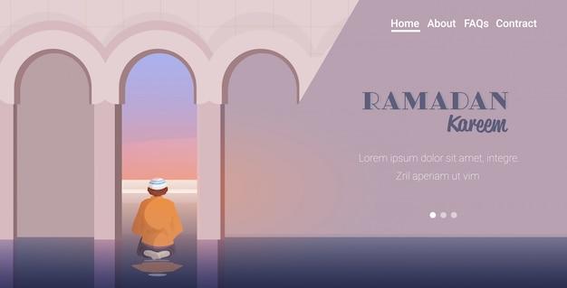 Homem muçulmano religioso rezando ramadan kareem conceito de religião mês sagrado