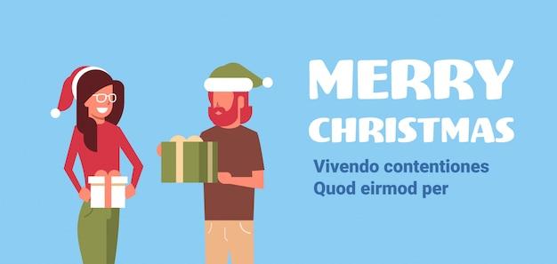 Homem mulher casal segurando presente presente caixa feliz natal feliz ano novo feriado conceito plana horizontal