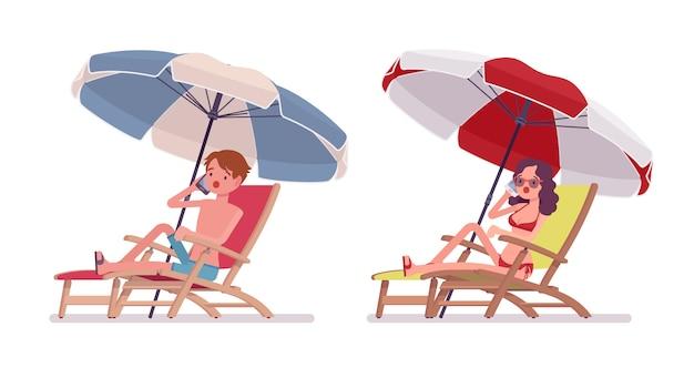 Homem mulher, em, um, beachwear, banho sol, e, phonetalking