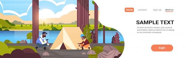 Homem mulher hikers campistas instalar uma barraca preparando-se para acampar caminhadas conceito sunrise paisagem rio montanhas horizontal fundo espaço comprimento total da cópia