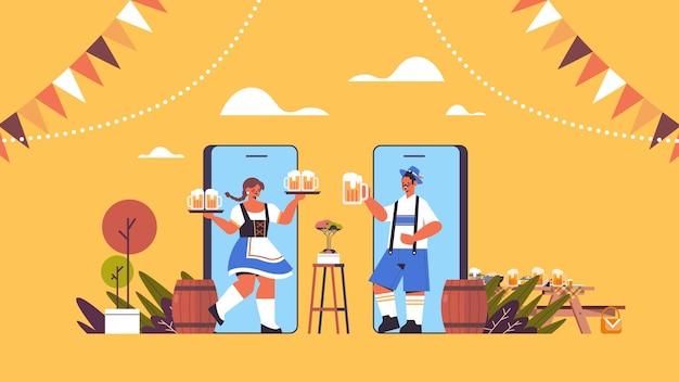 Homem mulher na tela do smartphone segurando canecas de cerveja na festa da oktoberfest