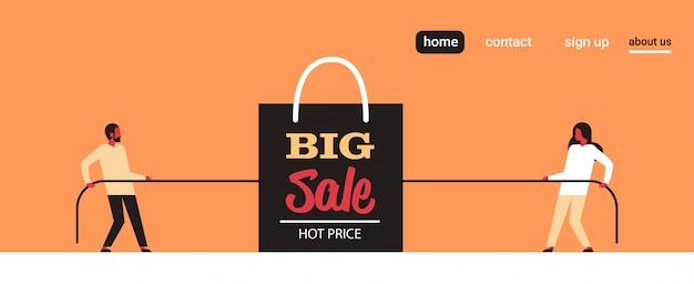 Homem mulher puxando extremidades opostas sacola de compras grande venda black friday super venda feriado promoção desconto conceito cabo de guerra